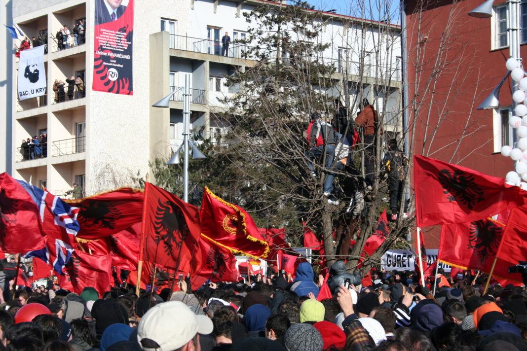 Албанци